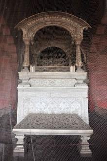 O trono onde o rei sentava para ter reuniões com seu conselheiros e com a populacão. Detalhe para as pedras cravejadas no marmore branco. Obras prima.