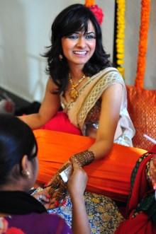 A noiva (Deepti) recebendo seu tratamento diferenciado. As hennas dela eram as mais complexas e bonitas.