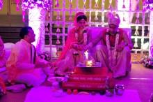 O fogo sagrado simboliza a presença do divino. Nele é que são realizadas varias etapas formais do casamento.