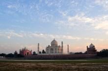 O Taj Mahal visto do outro lado do rio.