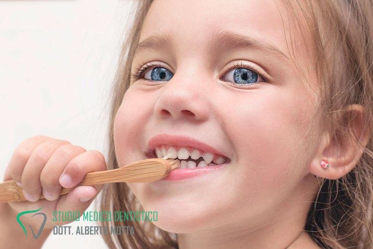 Bambina che si lava i denti. La pedodonzia è l'odontoiatria per i bambini