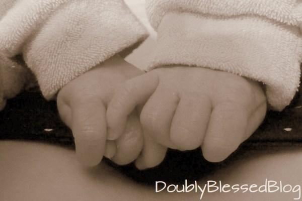 Zwillinge halten Händchen