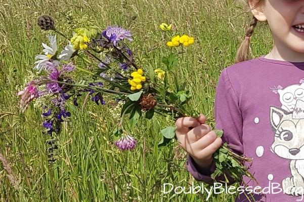 Kinderspiele - Wiesenspiele - Blumenstrauss binden