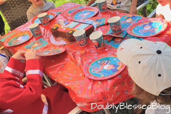 Kuchen essen an der Feuerwehr-Geburtstagsparty