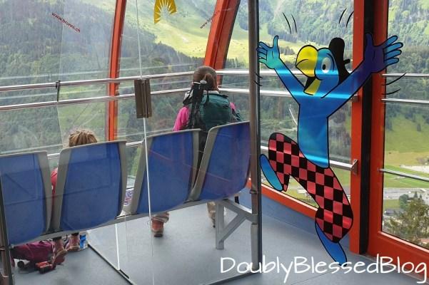 Globi in der Brunnibahn Gondel - Familienwanderung