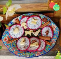 Fruit du dragon, cannelle, noël, clous de girofle, banane, emporte-pièce, baies de genièvre, fleur blanche, fruits exotiques, belle assiette
