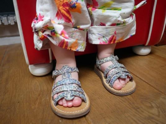 7837919f8f318e Il y a quelques jours, Choupette a reçu une belle surprise : une paire de  sandales Pom d'Api. Plus exactement, c'est la paire de nu-pieds Yapo Strap  Kenya ...