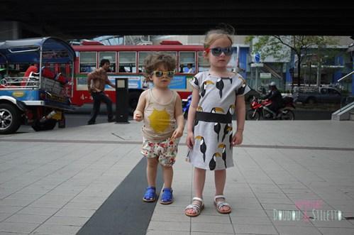 Little S. : débardeur Bobo Choses, boomer fait maison, sandales pom d'api / Choupette : robe Mini Rodini, sandales Pom d'Api