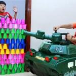 色とりどりのカップとパワーホイールをタンクに乗せて面白い子供たちが遊ぶ