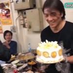 鄭伊健51歲生日,身邊好友送驚喜被感動,雖然蛋糕很簡單卻很溫馨