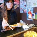 かわいいイタリア人が初お好み焼きをエンジョイ!Italian girl eat her first Okonomiyaki!