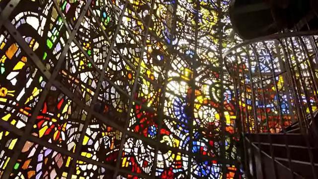 ソニーモバイルコミュニケーションズ Xperia XZ3  の CM 「ステンドグラス」篇。ロケ地 彫刻の森美術館。出演 松本愛。