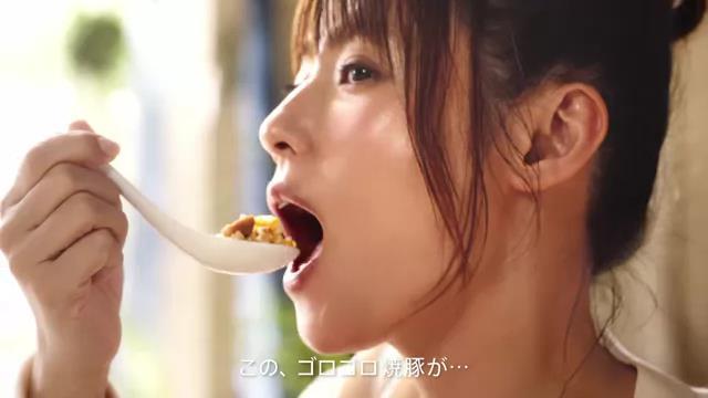 深田恭子 が出演する ニチレイフーズ 本格炒め炒飯 のCM「ゴロゴロ焼豚女子」篇 とメイキング映像。