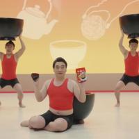 ジャングルポケット が出演する 日清食品 お椀で食べるシリーズ のCM「お椀ダンス」篇。