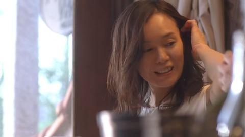 髪をかきあげる奥貫薫