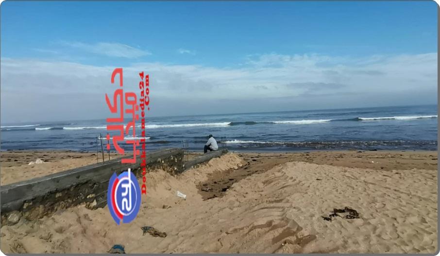 هل هو حاجز اسمنتي لمنع ممارسي رياضة المشي بالشاطئ أم لمنع رمال البحر من الزحف؟