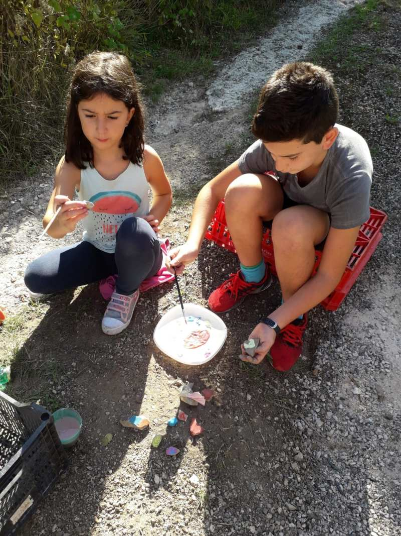 Bambini che dipingono sassi - Cammino francese