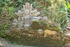 Skalní reliéfy dále v údolí