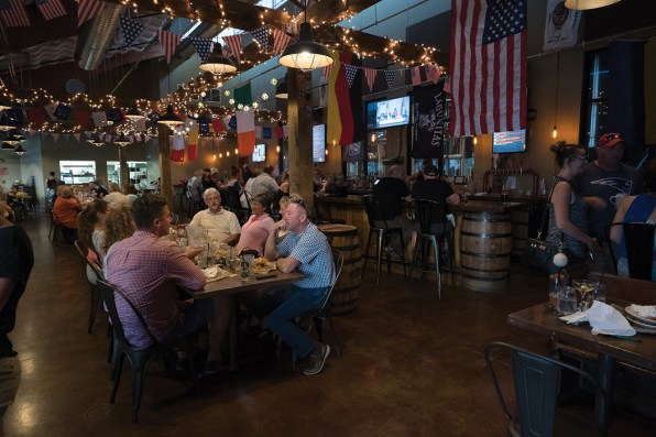 Packed resturant - Mason's Brewing Company