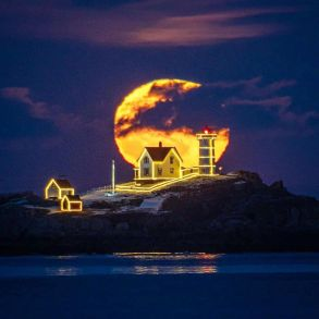 Full Moon at Nubble Light
