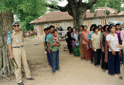 Des cambodgiens attendant leur tour lors  élections du 23 mai 1993. Source: unmultimedia.org