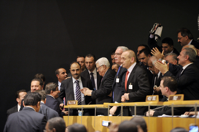 Mahmoud Abbas (ao centro), Presidente da Autoridade Palestina, com sua delegação na plenária da Assembleia Geral, após a decisão dos Estados-Membros da ONU. (ONU/Mark Garten)