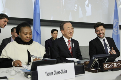 Secretário-Geral Ban Ki-moon (centro) é acompanhado pelos artistas musicais Yvonne Chaka Chaka (esquerda) e Ricky Martin em um evento especial sobre a necessidade de liderança na luta contra a homofobia. (ONU/Rick Bajornas)