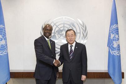 M. Ibrahima THIAW (à Gauche), le 20 janvier 2014 lors de son installation dans ses fonctions par M. Ban Ki-moon, Secrétaire Général de l'ONU. Photo Nations Unies.