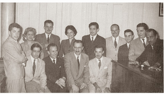 Alberto Breccia (on the far right of the photo, with hands resting on the counter) at a meeting of cartoonists in the 1950s.
