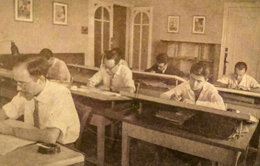 Luis Garcia Mozos (right) at work with other artists at Creaciones Editoriales, Bruguera, in 1960, working on illustrations for the novels of Marcial Lafuente Estefanía, aged just 14.