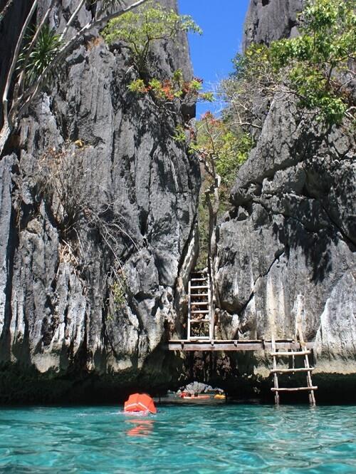 Zwem onder de rotsen door naar de volgende lagune - Twin Lagoons, Coron Island, Palawan, Filipijnen