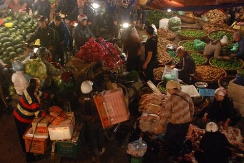 Fruitmarkt (Fruit Market) onder Long Bien Bridge - Hanoi, Vietnam