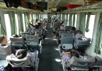 Zachte zitplaats op de trein van Hue naar een andere bestemming in Vietnam