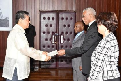 His Excellency, Jose de la Rosa Burgos presenting his Letters of Credence to President David Granger at the Ministry of the Presidency, in the presence of Minister of Foreign Affairs, Mr. Carl Greenidge and Director-General of the Ministry of Foreign Affairs, Mrs. Audrey Waddell