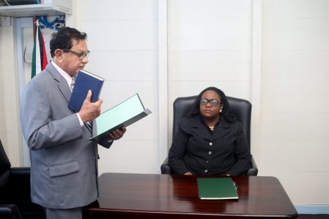 (Retd) Justice Cecil Kennard is administered the Oath by Chief Magistrate (ag) Ann McLennan