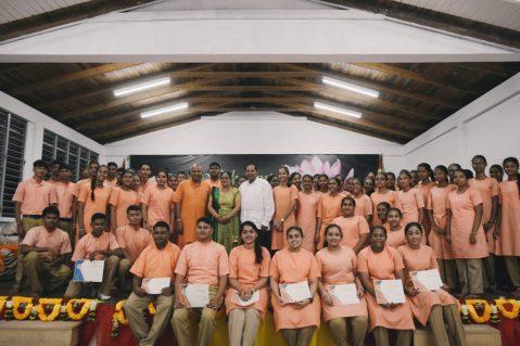 Prime Minister Moses Nagamootoo, his wife Sita Nagamootoo, Swami Aksharannanda Ji and graduating students of Swarsawti Vidya Niketan