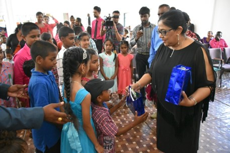Mrs. Nagamootoo handing out gifts to the children.