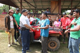Minister of Indigenous Peoples' Affairs, Sydney Allicock handing over the keys to the ATV to Toshao of Tiperu, Dilbert Albert.