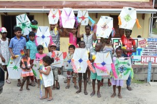 Children in Toevlugt posing with kites.