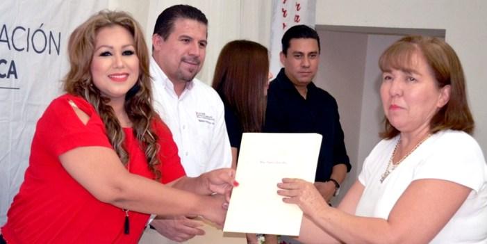 Icatson Caborca entrega diplomas a estudiantes