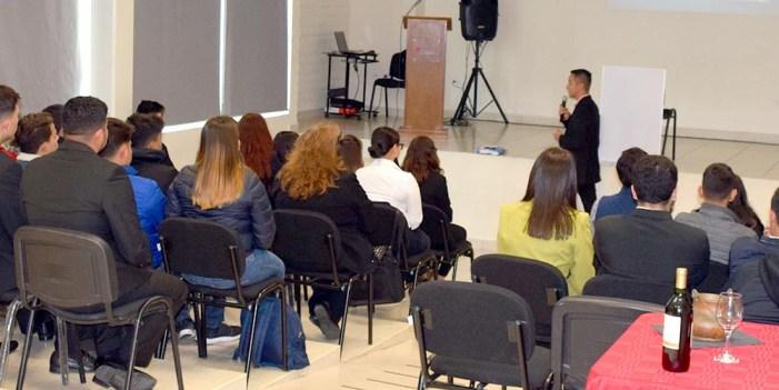 Ofrecen conferencia motivacional en Instituto Nogalense de la Juventud
