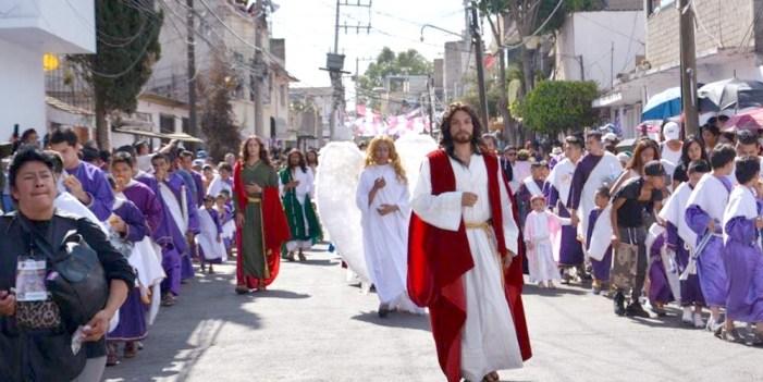 Nazarenos y vírgenes recorren calles de Iztapalapa
