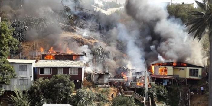 Emergencia en Valparaíso, incendio forestal destruye nueve casas