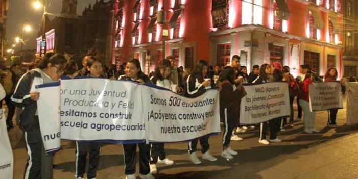 Con música, jóvenes piden a AMLO construcción de escuela en Morelos