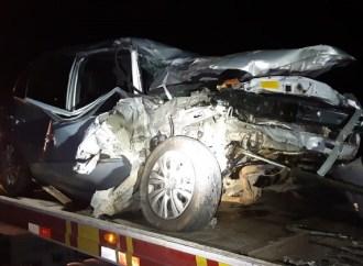 Em Ponta Grossa, carro bate em caminhão e quatro pessoas ficam feridas