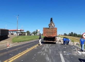 Carga se desprende de carreta e atinge caminhão em rodovia de Guarapuava