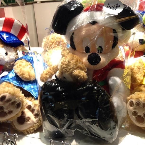 有楽町イトシア地下一階にてダッフィー抱くミッキー発見。前みた時は大量にあったのに…。 - from Instagram