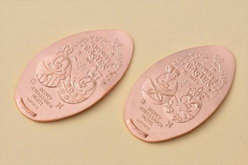 ディズニーアンバサダーホテル期間限定デザインのスーベニアメダル (c)Disney