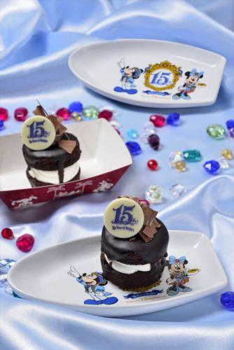 チョコレートケーキ スーベニアプレート付き 1個750円(ニューヨーク・デリ) (c)Disney