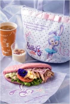 ニューヨーク・デリのおすすめセット、スーベニアランチケース付き 2110円 (c)Disney
